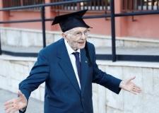 في عمر 96 عاما.. تخرج الطالب الأكبر سنا في العالم ..